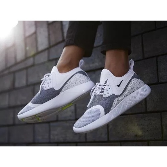 37b82946d4d9 Women s Nike LunarCharge Essential Sneakers